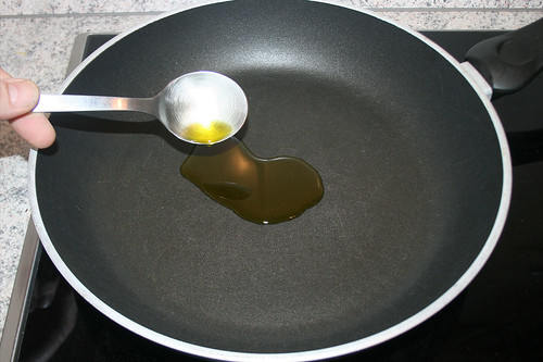 41 - Öl in Pfanne geben / Add oil to pan