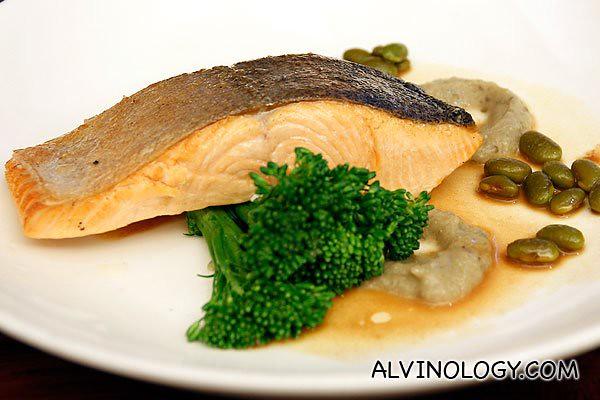 Tasmanian Smoked Salmon on potato & dill pancake,crème fraiche, wild roquette & capers (AUD$18)