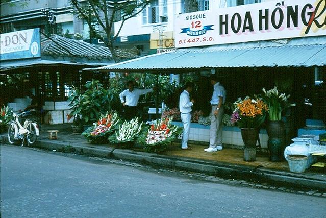 Saigon 1965 (63) - Kiosk bán hoa đường Nguyễn Huệ