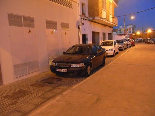 La acera de Ronda Marrubial en el entorno del Deza repleta de coches.