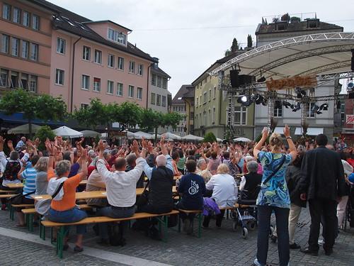 Vor der Sendung: Alle werfen die Arme in die Luft und rufen: «Hopp de Bäse!»