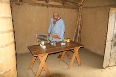 Ein Wikingerhändler in dem Haus des Tuchhändlers mit seinem Honig - Museumsfreifläche Wikinger Museum Haithabu WHH 17-06-2012
