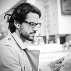 [フリー画像素材] 人物, 男性, 眼鏡・メガネ, 人物 - 目を閉じる, ヘッドホン・イヤホン, 音楽, モノクロ ID:201207071200