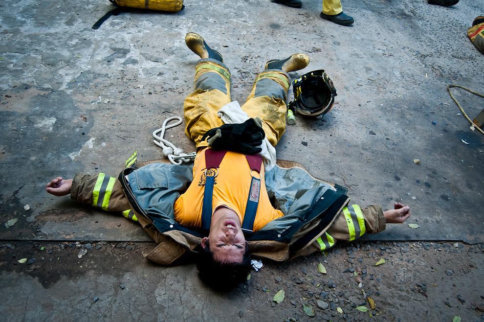 En el cuartel de bomberos de Sajonia existe una reglamentación mínima de asistencia al entrenamiento de los sábados, pero se recomienda que los bomberos asistan a todas las prácticas. Los que asisten son sometidos a la máxima presión posible, son exigidos físicamente hasta el punto de quiebre, para que el bombero conozca sus límites y aprenda a ir más allá. Sólo de esa manera se convertirán cada vez en mejores rescatistas. (Elton Núñez)