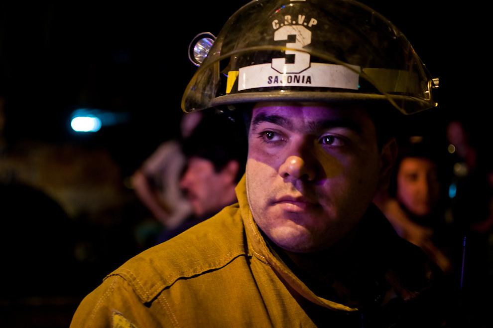 """Capitán Mayor Santiago Vázquez, Comandante de la 3ra. Compañía de Bomberos """"Sajonia&quot (C31); en el primer servicio de la primera guardia del primer día como comandante de la compañía. Observa el trabajo de su equipo de bomberos durante un servicio de asistencia a herido por accidente de tránsito. (Elton Núñez)"""