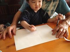 ばあばの膝に座ってお絵描き (2012/7/17)