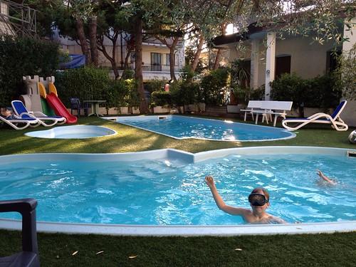 Jeg bader i bassenget utenfor hotellet i Jesolo