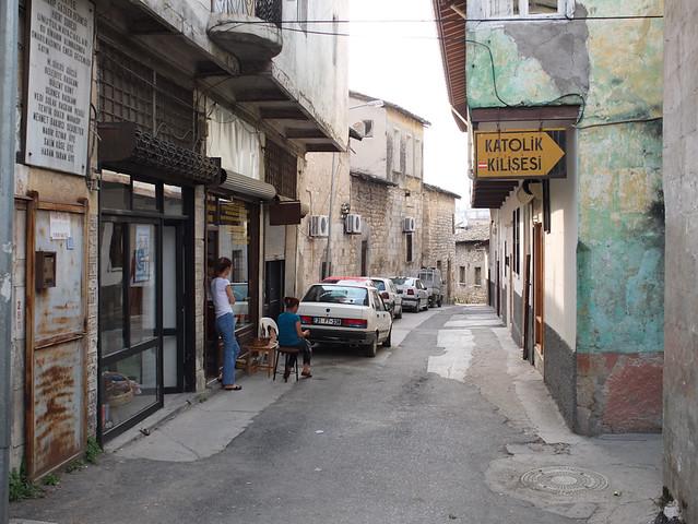 Calle del casco antiguo que lleva a la igllesia católica