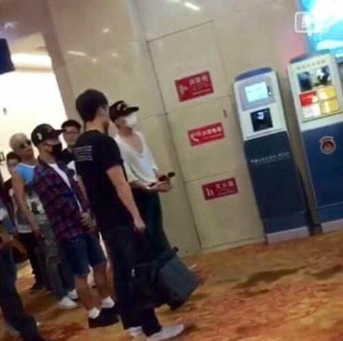 Big Bang - Wuhan Airport - 27jun2015 - Fan - 01
