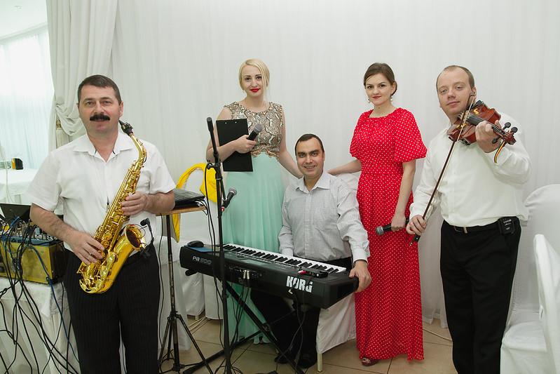 Ведущая торжеств  Мария Трифон и ансамбль Ми Минор