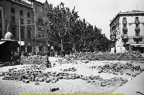Barcelona, «fets de maig de 1937» una barricada en la Rambla, junto a la sede del POUM. by Octavi Centelles
