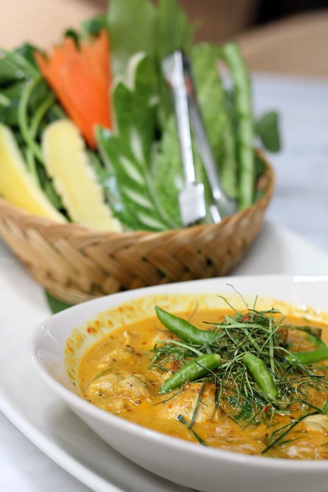 Gaeng Kua Gai Bai Som Pan Kee Maa (แกงคั่วไก่ใบส้มแป้นขี้ม้า)