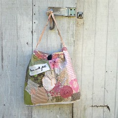 design(0.0), bag(1.0), art(1.0), textile(1.0), handbag(1.0), pattern(1.0), tote bag(1.0), pink(1.0),