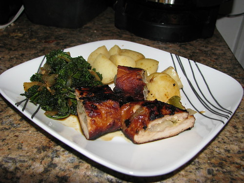 Grilled stuffed turkey loin, kale with garlic and steamed potatoes