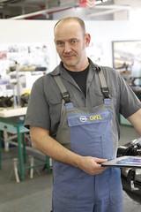 Jens Cooper in der Opel Classic-Werkstatt
