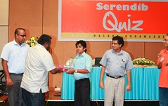 Vindana Ariyawansa presents a token of appreciation to quiz judge Dhammika Atapattu