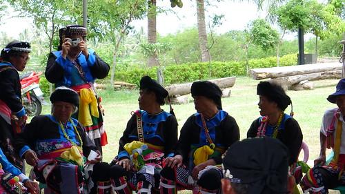 2012都蘭年祭,老人在聚會所聚集