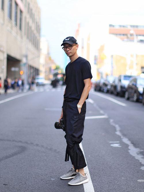 黒キャップ×黒無地Tシャツ×Y-3黒パンツ×adidas YEEZY BOOST low