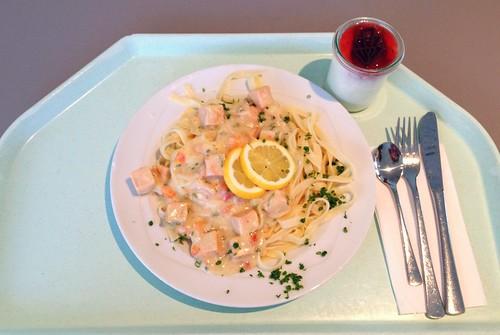 Tagliatelle mit Lachswürfel in Weißweinsauce / Tagliatelle with salmon cubes in white whine sauce