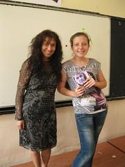 a Adriana regalando el poemario Esperanza traducido en bulgaro