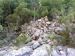 Le vieux sentier en RD en amont de la brèche du Carciara : les soutènements vus de la vasque