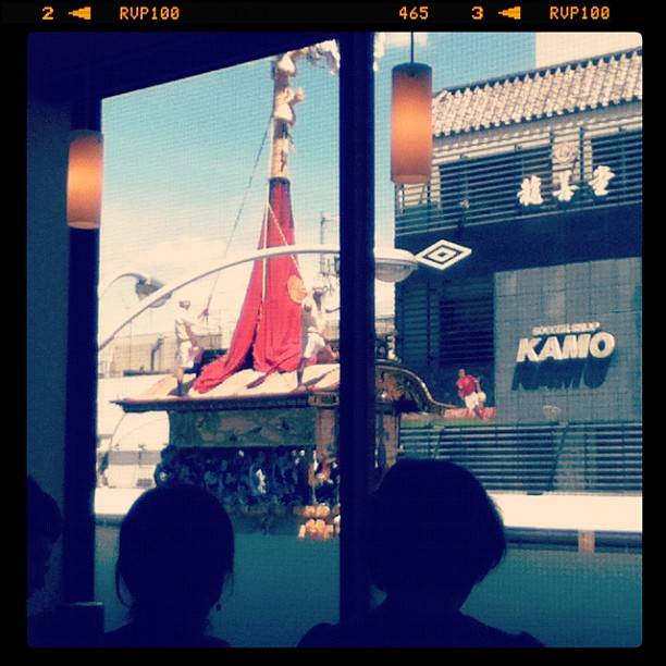 Watching the Gion Festival float from the second floor of a restaurant.