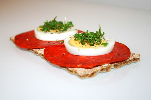Mildes Roggenknäckebrot mit Chorizo, Eierscheiben und Kresse / Mild crispbread with chorizo, eggs & cress