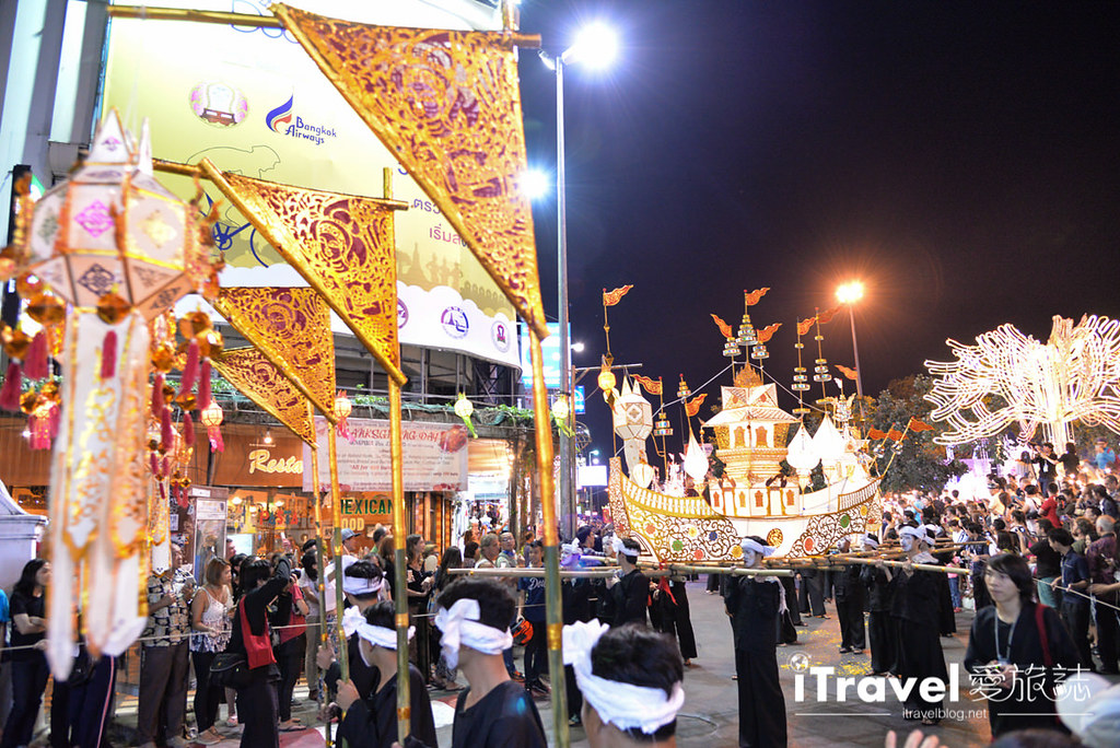 《清迈水灯节》花车游行与水灯节选美活动:古城区塔佩门前,欢乐热闹迎节庆。