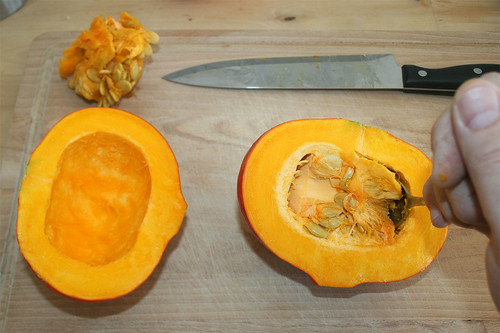 20 - Kürbis entkernen / Remove pumpkin core