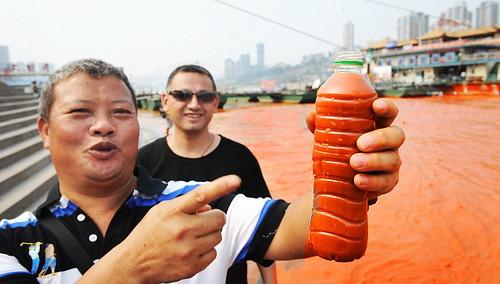 Другие жители города были так поражены, что собрали образцы воды в бутылки.
