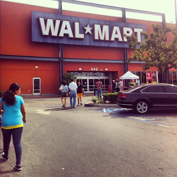 Walmart - неотъемлемая часть Америки, супермаркет, типа Ленты, только больше.