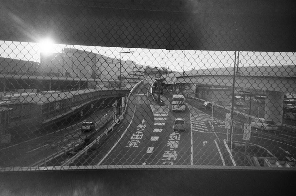 Narita Air Port NRT, Japan / Kodak TRI-X / Lomo LC-A+ 上下框起來像是觀賞一部 16x9 的公路實況,但卻無法決定應該在哪個時機點按下快門。  喔,好煩喔,閉上眼睛吧,想像一下自己就站在車道中間,順手抓到一台遠程的公路車。  逃離!  Lomo LC-A+ Kodak TRI-X 400 / 400TX 8561-0020 2016/01/31 Photo by Toomore