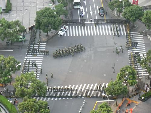 在上海日本総領事館前 18日