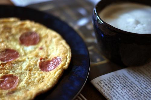 Omelet med pølse, ost og tomat