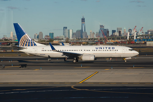 United Airlines Boeing 737-800 N37298