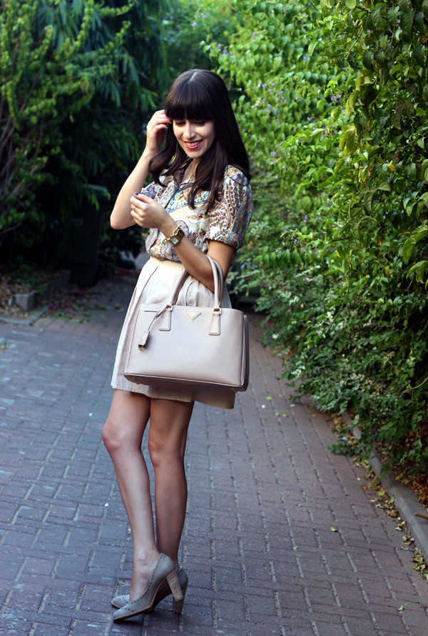 israeli fashion blog, prada bag, paisley blouse, nude pumps, בלוג אופנה ישראלי, תיק פראדה, פייזלי, תיקי מעצבים