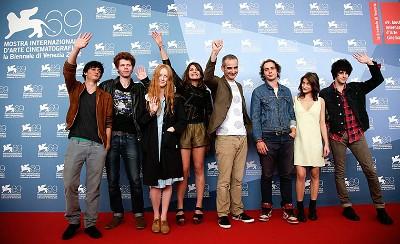 Assayas, ao centro, com o elenco do seu novo filme