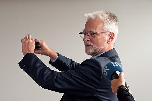 An diesen Gummielementen hängt alles: MVG-Chef Herbert König zeigt neue und beschädigte Gummielemente