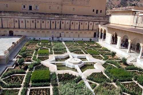 Im Garten befindet sich ein achteckiger Stern, der typisch ist für Gärter der Moghulära