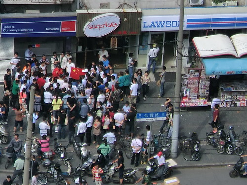 在上海日本国総領事館周辺でのデモ
