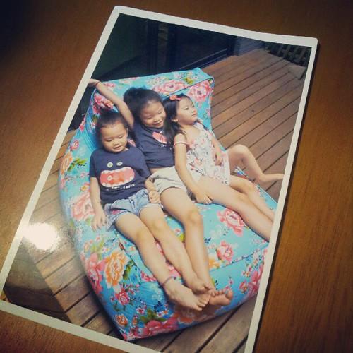 20121003 收到了那天現拍現製作成又現寫現寄的明信片。三小妞好可愛!