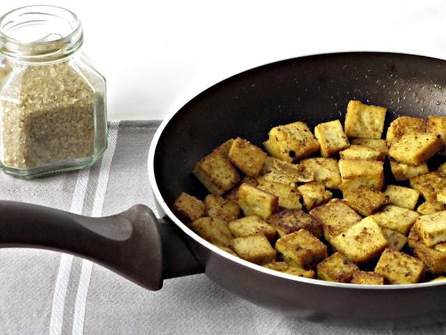 Insalata Esotica di Cipollotti, Cocco e Tofu Dorato alle Spezie