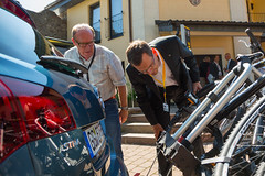 Ulrich Pfeffer demonstriert Opel FlexFix-Fahrradträger