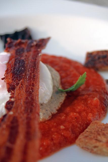 Bacon, œuf poché, fondue de tomates et velouté de champignons
