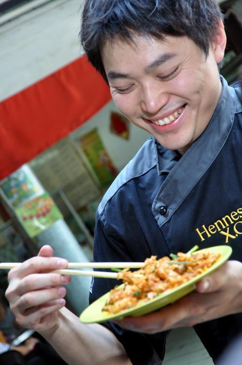 11 Chef Michael Han eating Char Kueh Teow