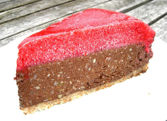 Raw chokladtårta med hallontopping