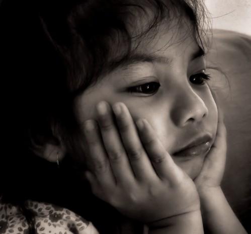 [フリー画像素材] 人物, 子供 - 女の子, モノクロ, 頬杖, 人物 - 不機嫌, フィリピン人 ID:201210040600