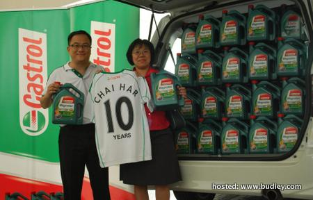 Mark Ng, Marketing Director of Msia S'pore and Phillipines rewards Low Chai Har