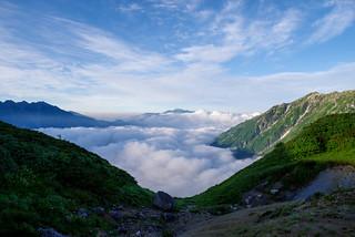 雲海から乗鞍岳が顔を出す@弓折岳を越えて