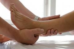 Běžecké nohy v očích a rukou ortopeda